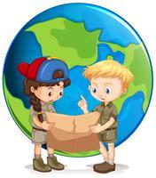 Pojke och flickaskyttar läser karta