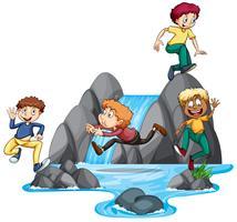 Jungen spielen am Wasserfall