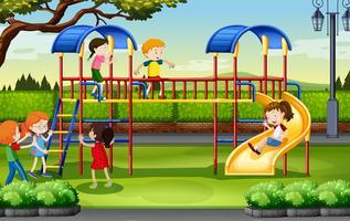 Pojkar och tjejer som spelar på lekplatsen