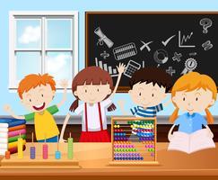 Fyra elever i klassrummet