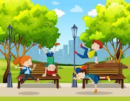 Barn utövar gatodans på parken
