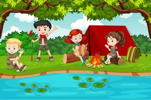 Pojke och flicka scout camping i naturen