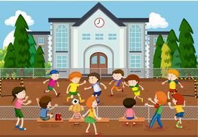 Kinder, die draußen Fußball spielen
