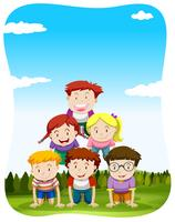 Kinder, die menschliche Pyramide im Park spielen