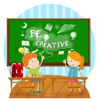 Två barn skriver ombord i klassrummet