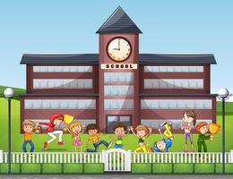 Många barn leker i skolan