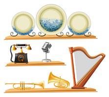 Weinleseartikel und Musikinstrumente auf hölzernen Regalen