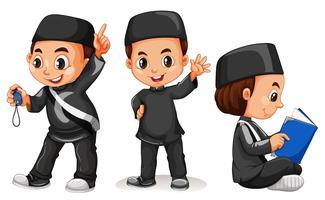 Muslimsk pojke i svart kostym