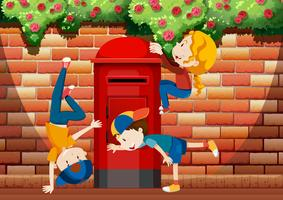 Viele Kinder spielen auf der Straße