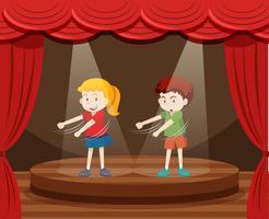 Zwei Kinder tanzen auf der Bühne