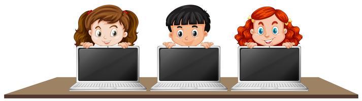 Barn med bärbar dator på vit bakgrund
