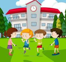 Ett barntopp hoppar på skolan