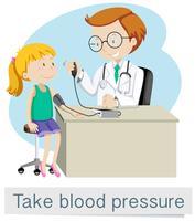 Ein Mädchen mit dem Doktor Blutdruck nehmen