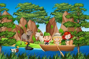 Pojke och gril scout på träbåten