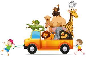 Kinder ziehen einen mit wilden Tieren beladenen Lastwagen vektor