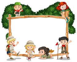 Rahmenschablone mit Kindern im Safarioutfit