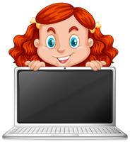 En rödhårig tjej med bärbar dator