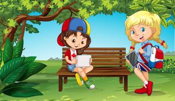 Zwei Mädchen, die draußen im Park hängen
