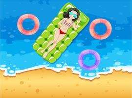 Frau, die auf sich hin- und herbewegendem Floß ein Sonnenbad nimmt