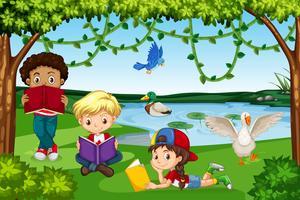 Kinder, die Bücher in der Natur lesen vektor
