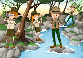Park rangers arbetar i skogen