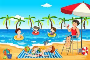 Människor är på stranden i sommar
