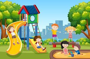 Kinder spielen auf dem Spielplatz vektor