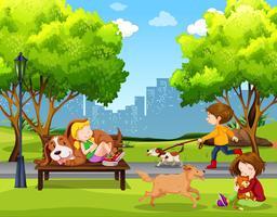 Menschen und Haustiere im Park