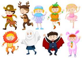 Kinder, die Kostüme für Halloween und Spiele tragen vektor