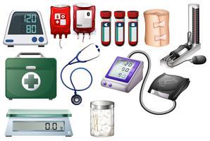 Medizinische und Krankenpflegeausrüstungen auf weißem Hintergrund