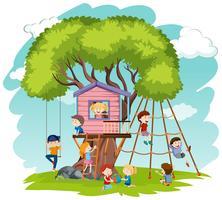 Barn leker på trädhus