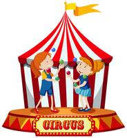 Mädchen, die am Zirkuszelt jonglieren