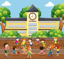 Barn som spelar fotboll på fältet