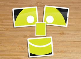 Desktop mit Tabletten und einer Emoticonvektorillustration