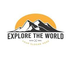 Outdoor-Berg erkunden Logo-Design vektor