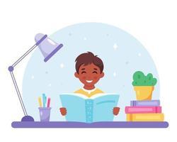 schwarzer Junge, der ein Buch liest. Junge, der mit einem Buch studiert. vektor