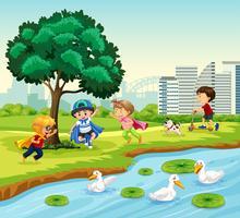Barn som leker i parken
