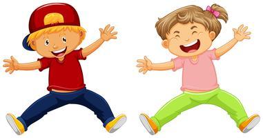 Fröhlicher Junge und Mädchen springen