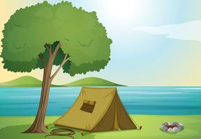 ett träd och ett tält