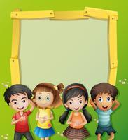 Gränsmall med fyra barn på gräset