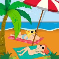 Zwei Mädchen, die am Strand ein Sonnenbad nehmen