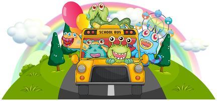 Ein gelber Schulbus mit den gruseligen Monstern
