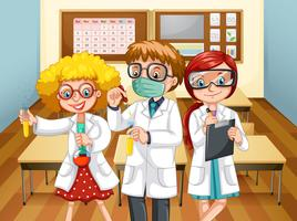 Drei Wissenschaftler mit Bechern im Klassenzimmer