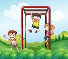 Tre barn leker i parken