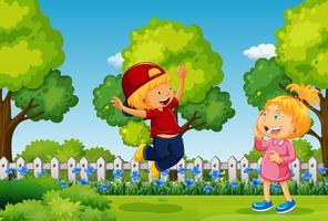 Två barn leker i parken