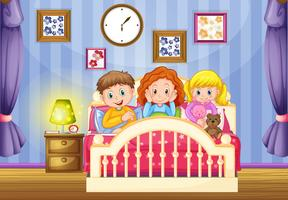 Tre barn i rosa säng på natten