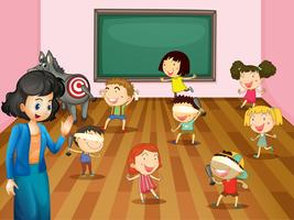 Studenter som spelar blinda vikta i klassrummet