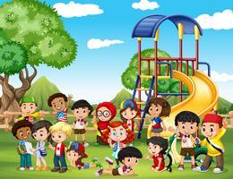 Kinder spielen im Park vektor