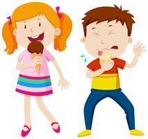 Mädchen, das Eiscreme isst und Junge, der Zitrone isst vektor
