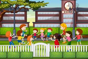 Kinder spielen auf dem Schulgelände